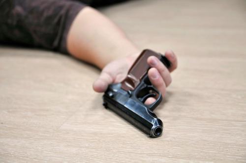 Картинки по запросу самоубийство в сердце выстрелом с пистолета