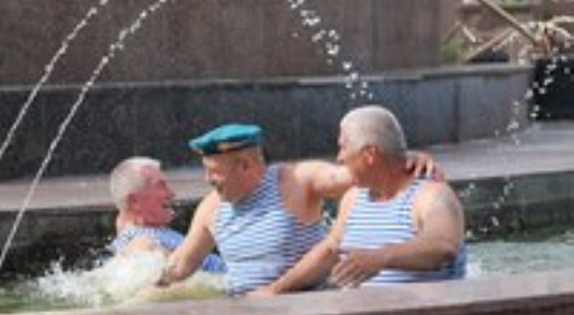 ВДВ купание в фонтане gjlh