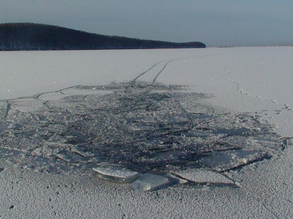 ВЮгре cотрудники экстренных служб ищут тела 2-х мужчин, провалившихся под лед наснегоходе